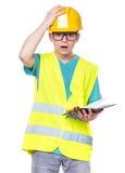Garçon utilisant le casque antichoc jaune photo stock