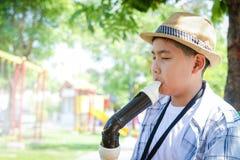 Garçon utilisant un chapeau jouant la musique classique photos stock