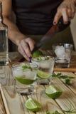 Garçonete, barra, partido, mulher, preparando o cocktail, galo alcoólico imagem de stock royalty free