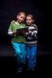 Garçons à l'aide du comprimé électronique Photo libre de droits