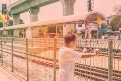 Garçons à la station de train Photo libre de droits