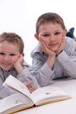 Garçons affichant un livre Image libre de droits