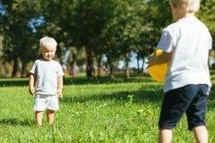 Garçons attentifs jouant le football dans le jardin images libres de droits