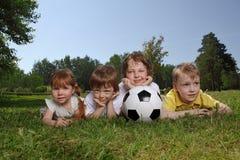 Garçons avec la bille de football photographie stock libre de droits