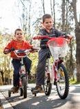 Garçons avec le vélo Photographie stock