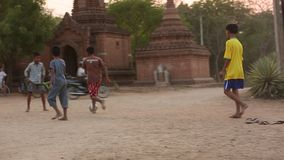 Garçons birmans jouant le football banque de vidéos
