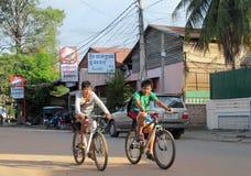 Garçons cambodgiens allant à l'école en bicyclette Image stock