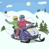 Garçons conduisant le motoneige au bas paysage de montagnes Images libres de droits