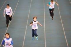 Garçons courus à la concurrence d'enfants sous les auspices Images stock