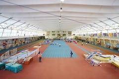 Garçons courus dans le stade à la concurrence d'enfants Photographie stock