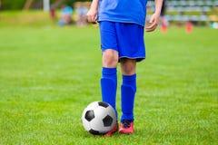 Garçons d'adolescents jouant le match de football du football Jeune joueur de football Photo stock