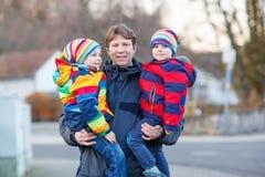 Garçons d'enfant de participation de père, fils sur le bras dehors Photos libres de droits