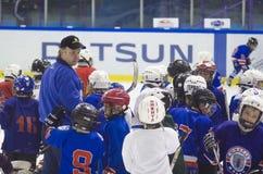 Garçons d'enfants jouant l'hockey sur la glace dans le stade de Yunost photographie stock libre de droits