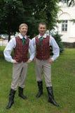 Garçons dans des costumes folkloriques lettons Photo libre de droits