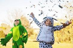 Garçons dans l'amusement heureux d'automne de costume Images stock