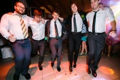 Garçons dans la danse de costumes sur la disco Images stock