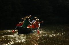 Garçons dans un canoë Photos libres de droits