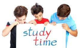 Garçons de camarade de classe avec le panneau des textes Photographie stock libre de droits