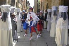 Garçons de choeur et de danse de Vierge dans le cortège, Espagne photos stock