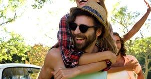 Garçons de hippie portant des filles sur leurs épaules clips vidéos