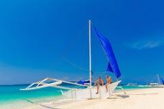 Garçons de l'adolescence heureux sur le voilier sur la plage tropicale Été va Photos libres de droits