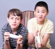 Garçons de l'adolescence jouant des jeux vidéo Images libres de droits