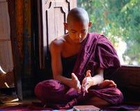 Garçons de novice étudiant au monastère bouddhiste Photos stock