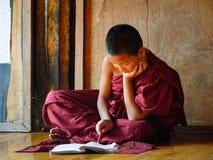 Garçons de novice étudiant au monastère bouddhiste Images stock