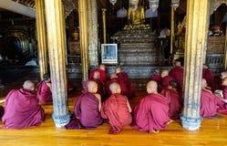 Garçons de novice étudiant au monastère bouddhiste Photo stock