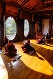 Garçons de novice étudiant au monastère bouddhiste Photographie stock libre de droits