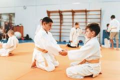 Garçons en art martial uniforme de pratique images libres de droits