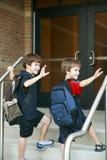 Garçons entrant dans l'école Photos libres de droits