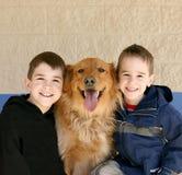Garçons et chien d'arrêt d'or Photos libres de droits