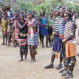 Garçons et filles à la cérémonie evangaty traditionnelle Turmi, Ethiopie Photographie stock