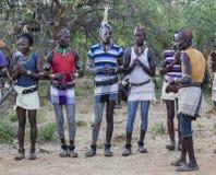 Garçons et filles à la cérémonie evangaty traditionnelle Turmi, Ethiopie Photo stock