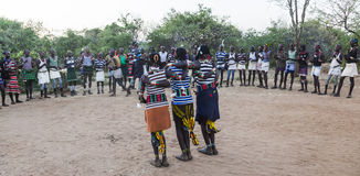 Garçons et filles à la cérémonie evangaty traditionnelle Turmi, Ethiopie Image libre de droits
