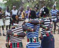 Garçons et filles à la cérémonie evangaty traditionnelle Turmi, Ethiopie Photos libres de droits
