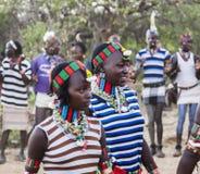 Garçons et filles à la cérémonie evangaty traditionnelle Turmi, Ethiopie Image stock