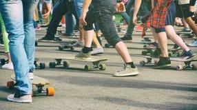 Garçons et filles avec des longboards et des planches à roulettes Images libres de droits