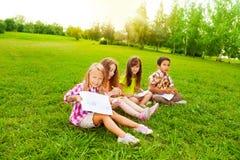 Garçons et filles dessinant dehors Photos stock
