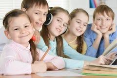 Garçons et filles drôles Photo libre de droits