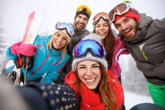 Garçons et filles ensemble sur le ski Image libre de droits