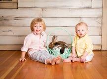Garçons et lapins de Pâques image libre de droits