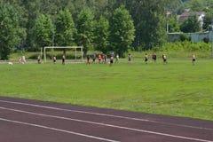 Garçons et leur entraîneur sur le terrain de football Image éditoriale Photo libre de droits