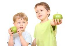 Garçons et pommes image stock