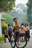 Garçons et scout de filles élémentaires Jakarta image stock
