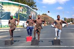 Garçons exécutant à l'intersection du trafic avec des caisses de bouteille à bière photos libres de droits