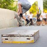Garçons faisant de la planche à roulettes sur la rue Durée urbaine Photographie stock libre de droits