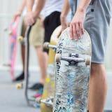 Garçons faisant de la planche à roulettes sur la rue Durée urbaine Photos libres de droits
