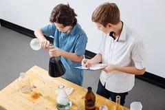 Garçons futés intelligents travaillant sur un projet scientifique Image libre de droits